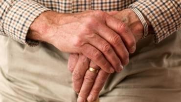 Czym powinien cechować się opiekun osoby starszej?